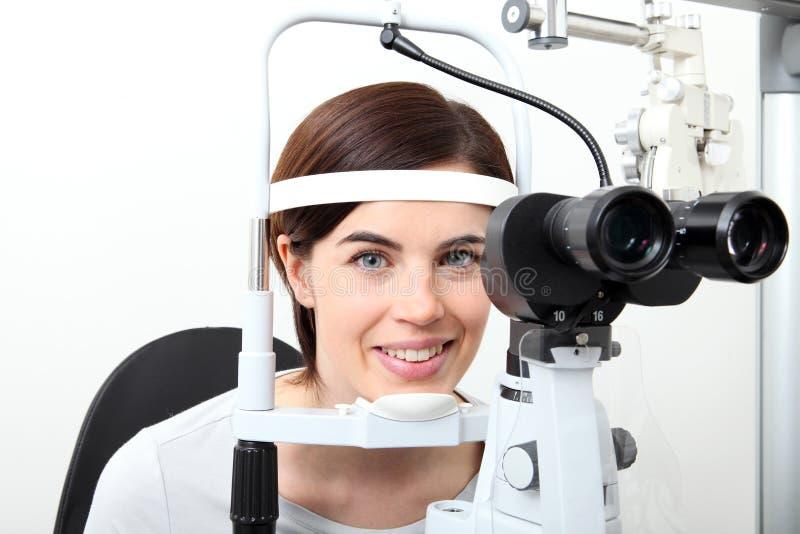 Femme faisant la mesure de vue avec la lampe optique de fente images stock
