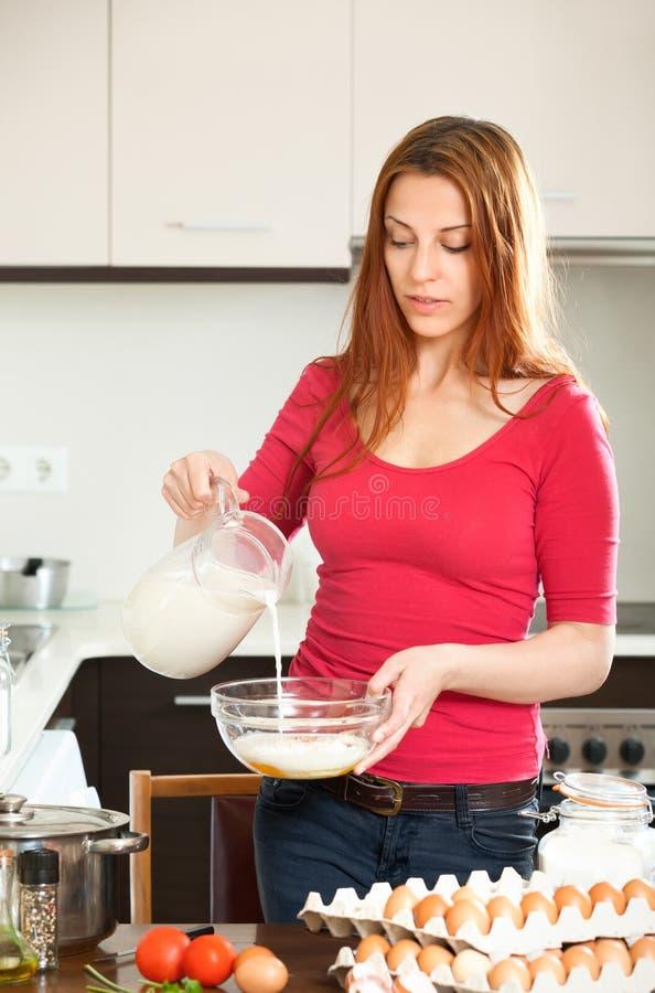 femme faisant la p te ou l 39 omlet dans la cuisine photo stock image du people housewife 32951522. Black Bedroom Furniture Sets. Home Design Ideas