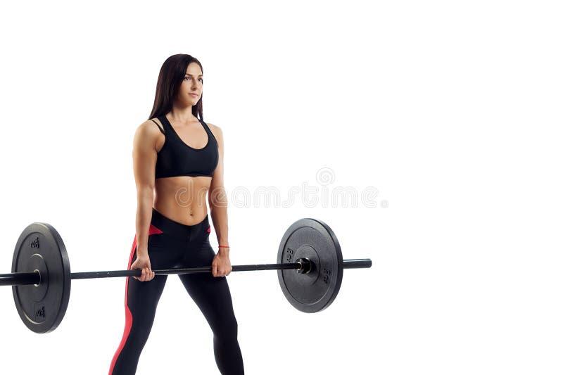 Femme faisant la posture accroupie avec le barbell image libre de droits
