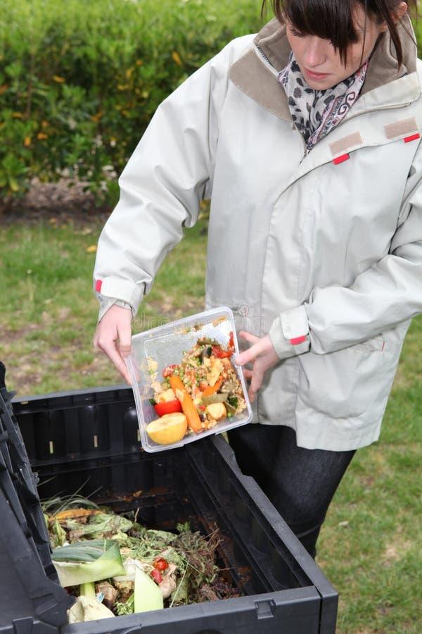 Femme faisant le compost image stock