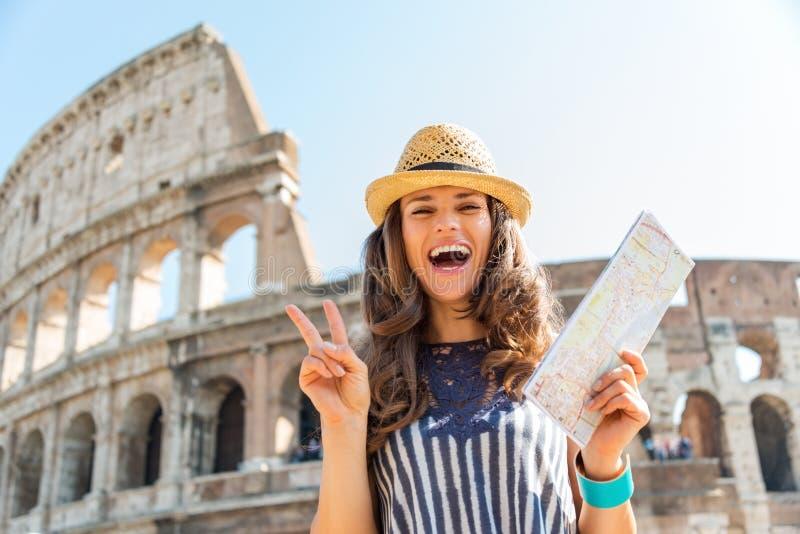 Femme faisant le connexion Rome de victoire près de Colosseum tenant la carte images libres de droits