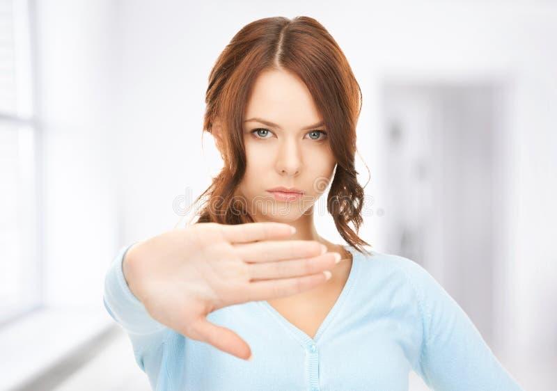 Femme faisant le geste d'arrêt photos stock