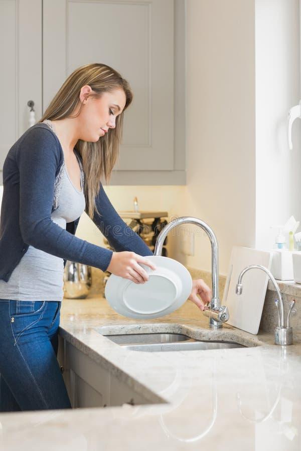 Femme faisant le lavage  photo stock