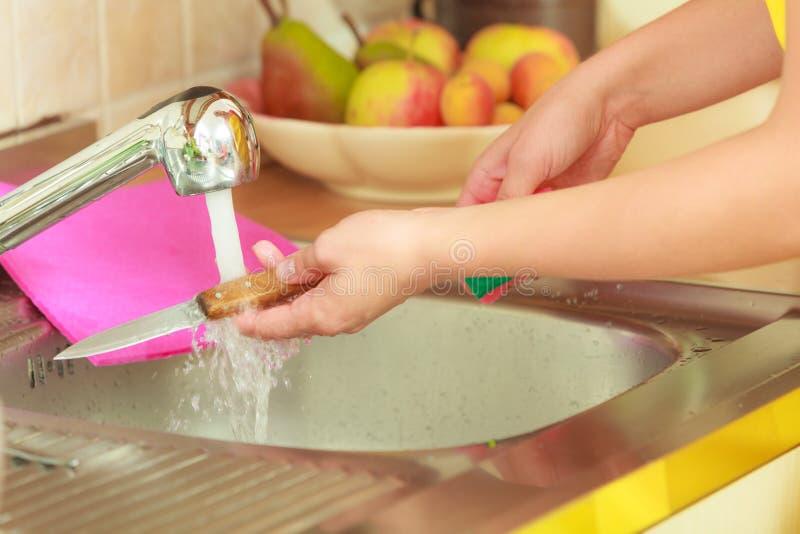 Femme faisant le lavage dans la cuisine photo libre de droits