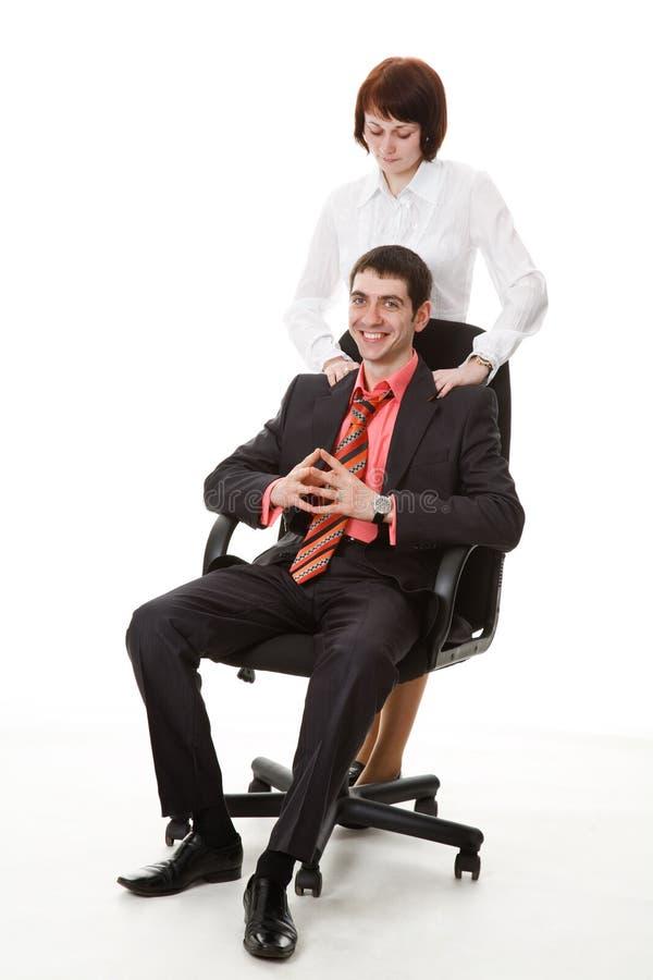 Femme faisant le massage jeune, homme de sourire. photo libre de droits