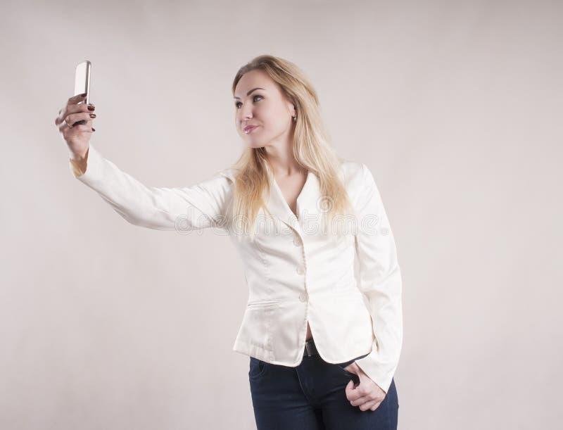 Femme faisant le selfie sur l'apparence de studio de smartphone photos libres de droits
