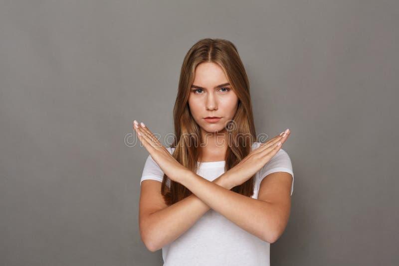 Femme faisant le signe d'arrêt avec les mains croisées image stock