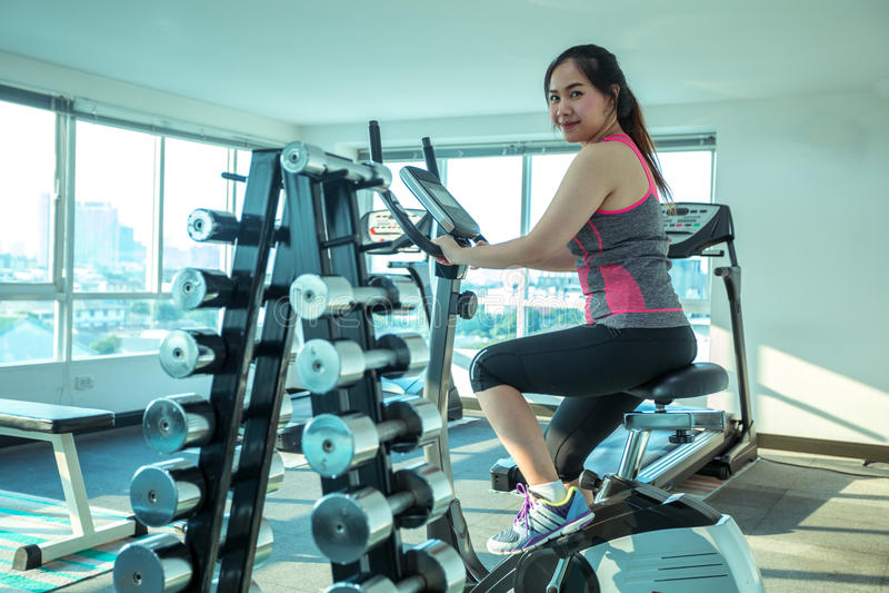 Femme faisant le sport dans le gymnase pour la forme physique images libres de droits