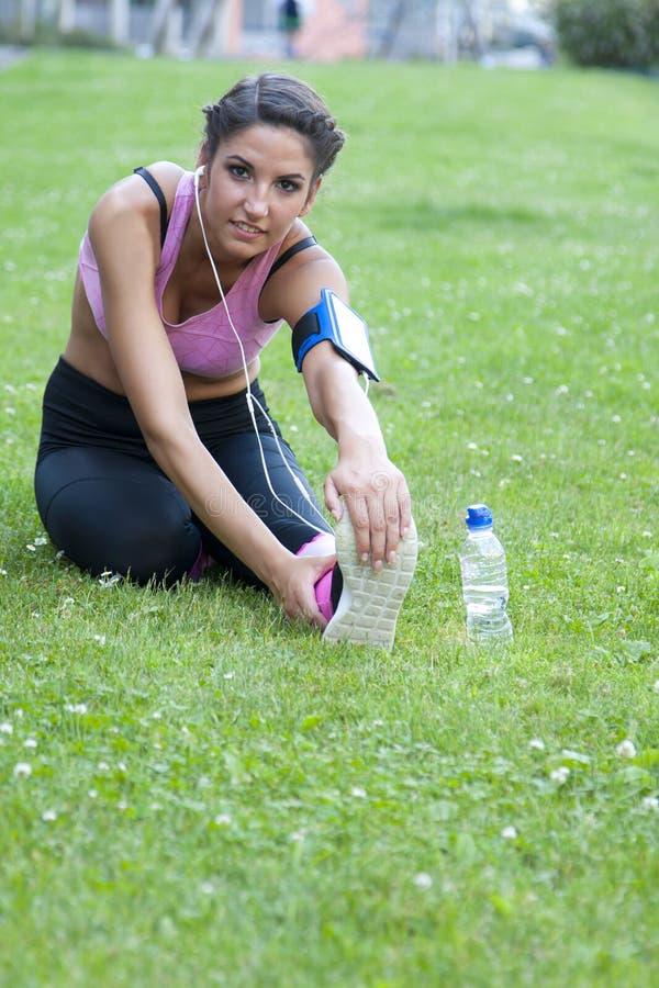 Femme faisant le sport dehors images stock