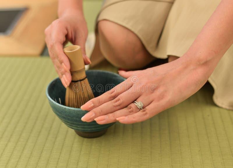 Femme faisant le thé vert japonais photo libre de droits