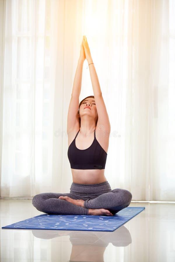 Femme faisant le yoga à la maison photo stock