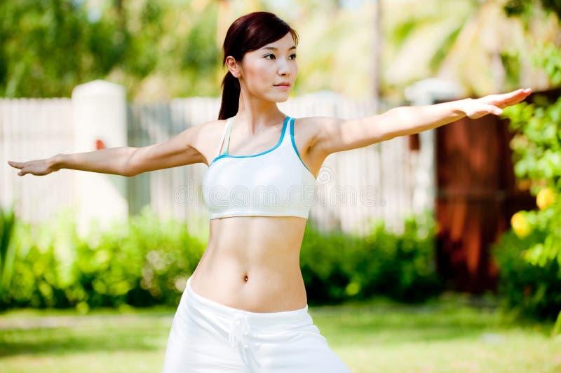 Femme faisant le yoga photographie stock
