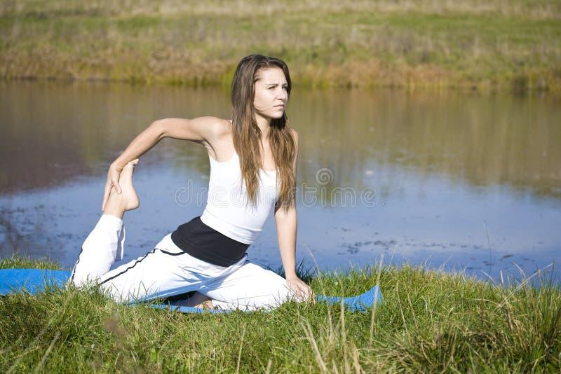 Femme faisant le yoga image stock