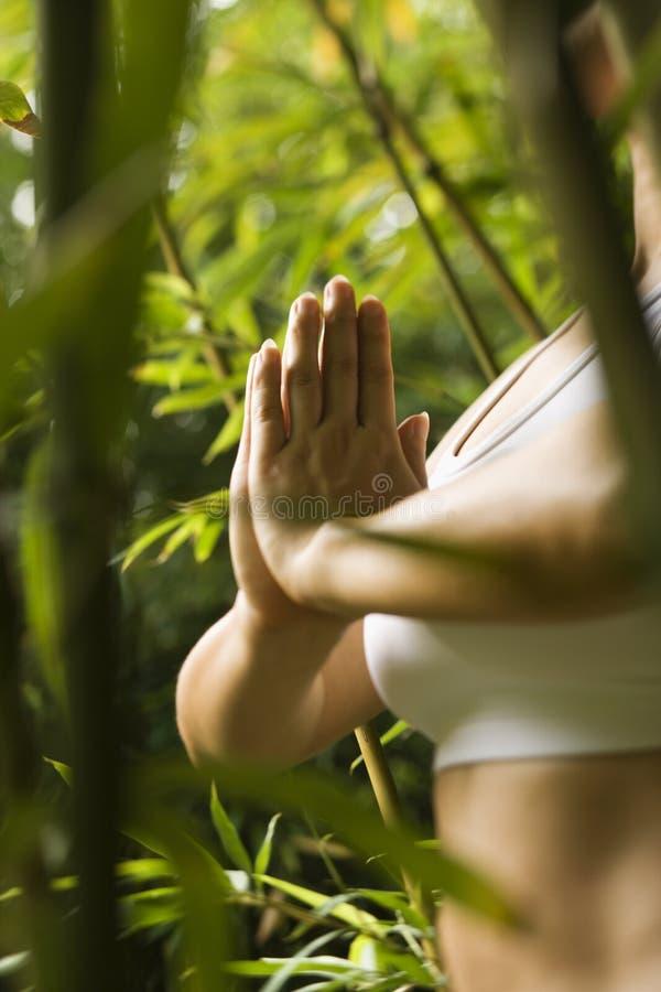 Femme faisant le yoga. photos libres de droits