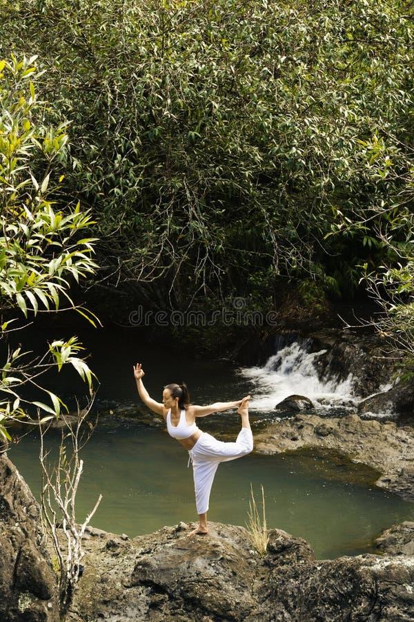 Femme faisant le yoga. images libres de droits