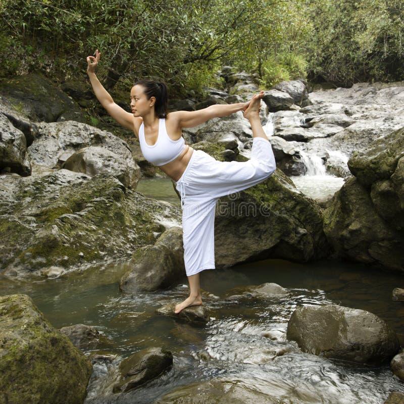Femme faisant le yoga. images stock