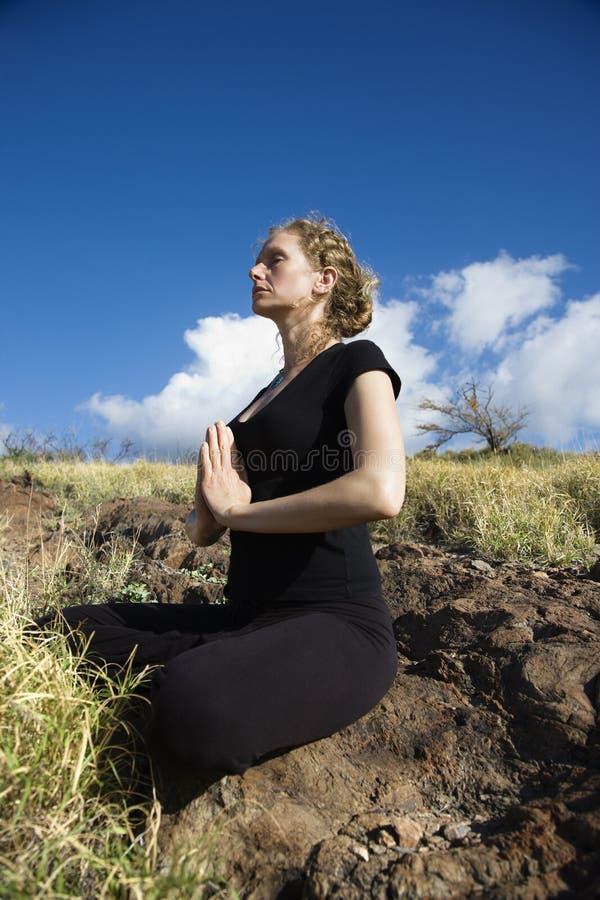 Femme faisant le yoga. photographie stock