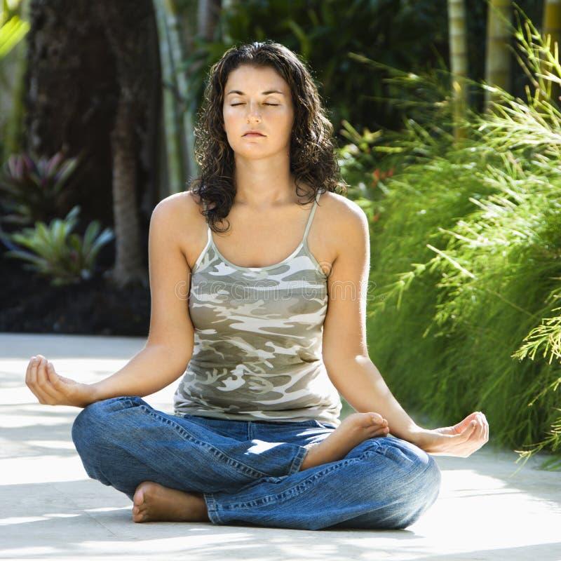 Femme faisant le yoga. photographie stock libre de droits