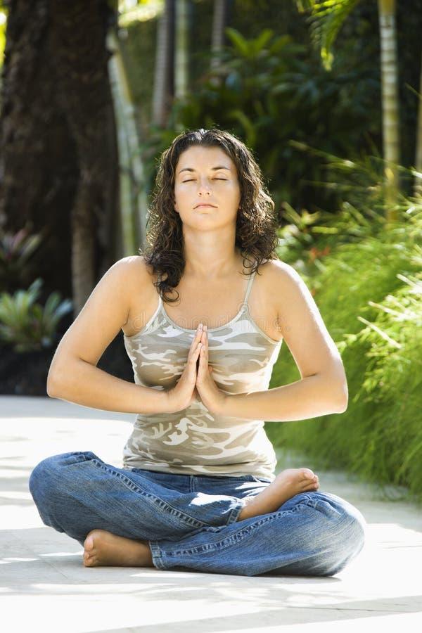 Femme faisant le yoga. photo libre de droits