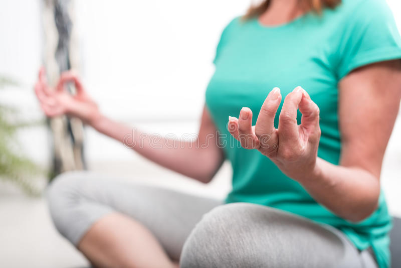 Femme faisant le yoga photographie stock libre de droits