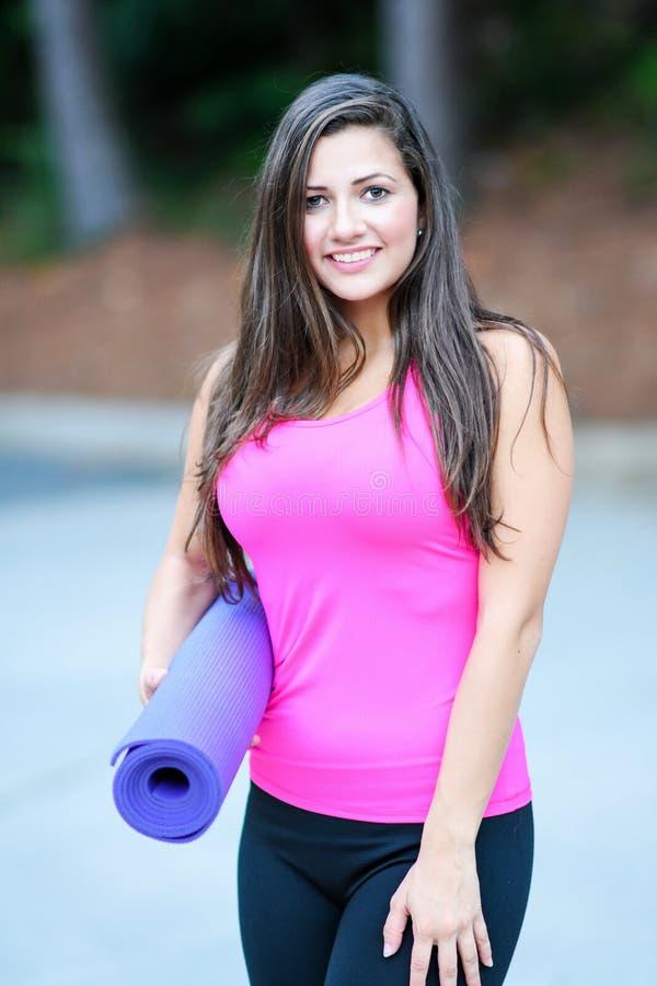 Download Femme faisant le yoga photo stock. Image du hispanique - 77153370