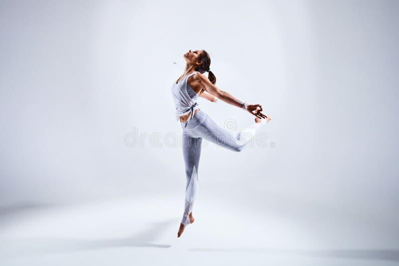 Femme faisant le yoga d'isolement sur le fond blanc photographie stock libre de droits