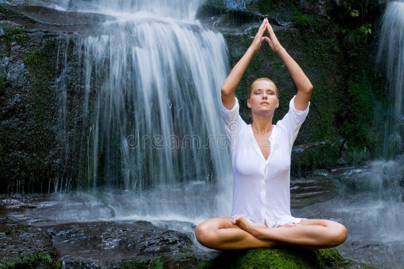 Femme faisant le yoga dans la nature photos stock