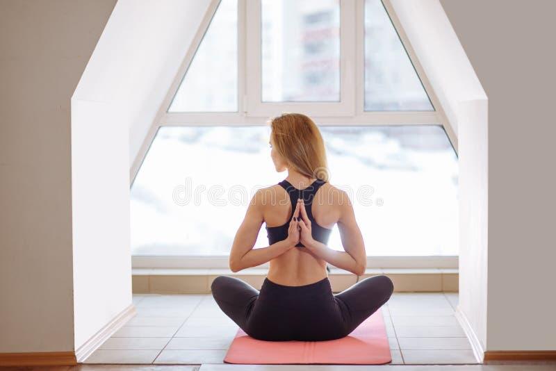 Femme faisant le yoga dans la pose inverse de prière Pashchima Namaskarasana photographie stock