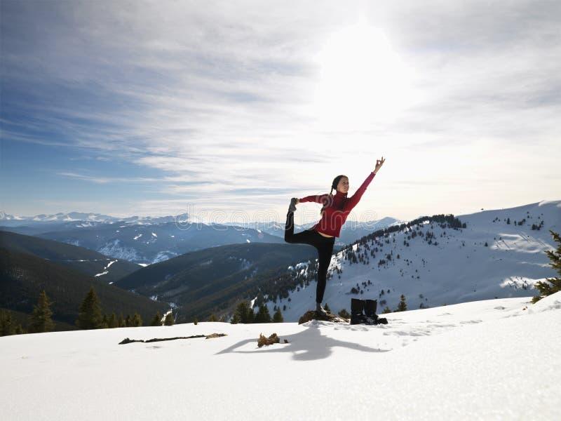 Femme faisant le yoga en nature. image stock