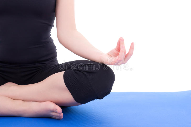 Femme faisant le yoga sur le tapis bleu d'isolement au-dessus du blanc images libres de droits