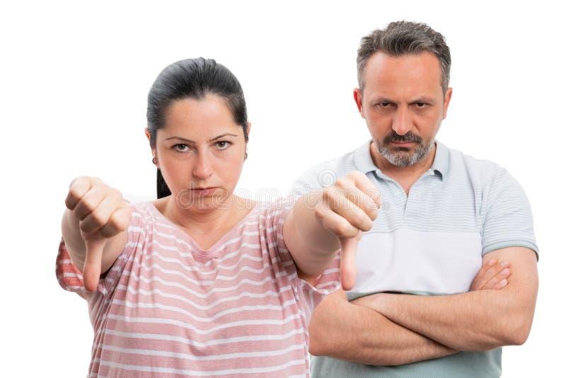 Femme faisant pour détester le geste et l'homme avec les bras croisés photo stock