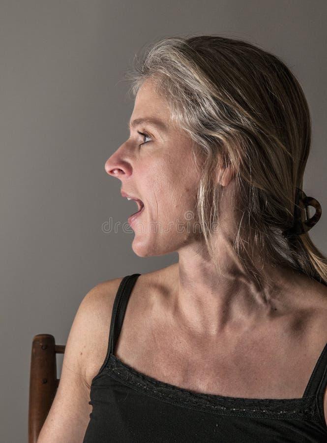 Femme faisant rage dans la colère, criant photographie stock libre de droits