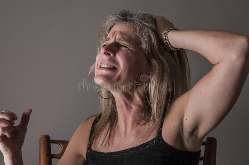 Femme faisant rage, de désespoir, colère photographie stock
