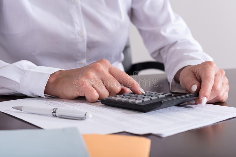 Femme faisant sa comptabilité photos stock