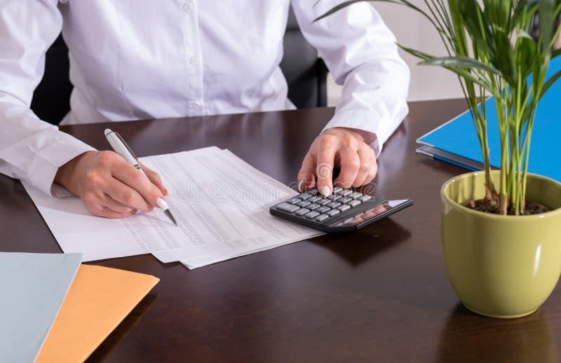 Femme faisant sa comptabilité images libres de droits
