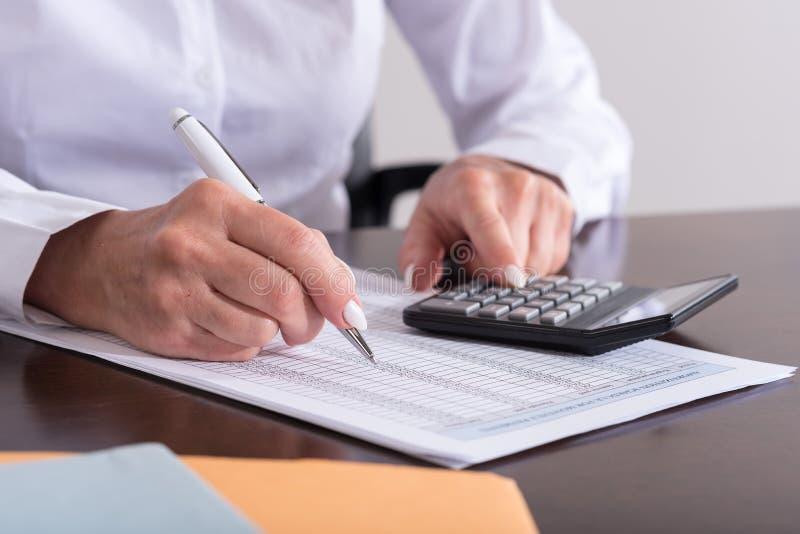 Femme faisant sa comptabilité photographie stock libre de droits