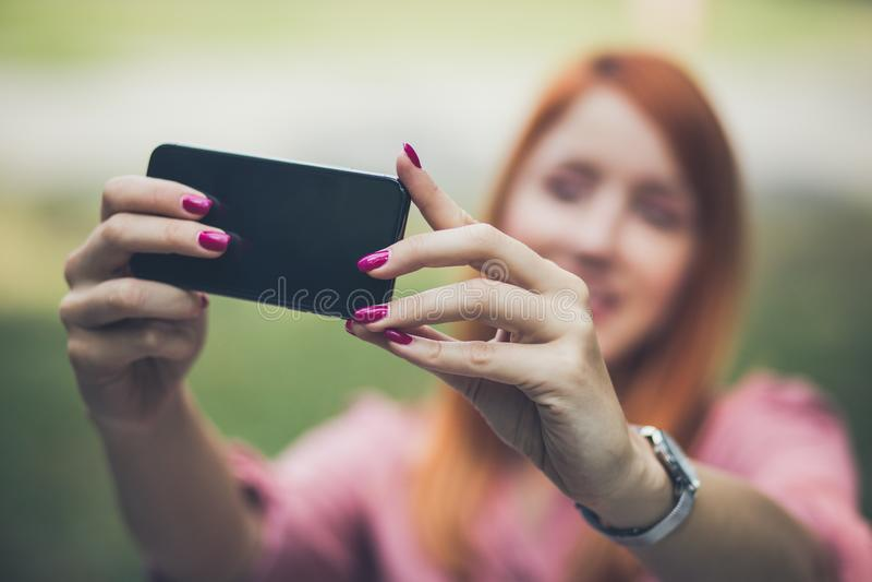 Femme faisant un autoportrait image stock