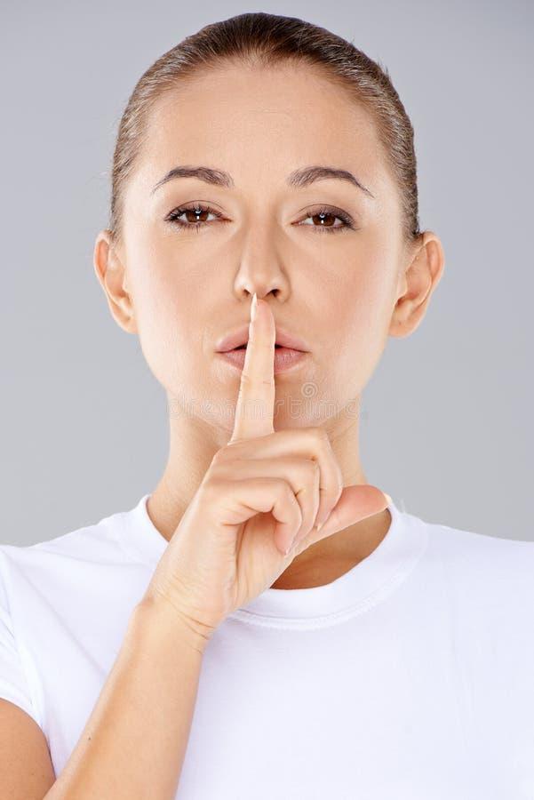 Femme faisant un geste shushing photos libres de droits