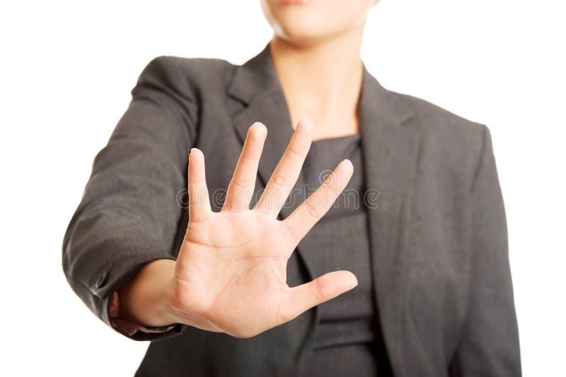 Femme faisant un signe d'arrêt avec sa main images stock