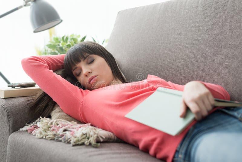 Femme faisant une sieste sur le sofa photos libres de droits