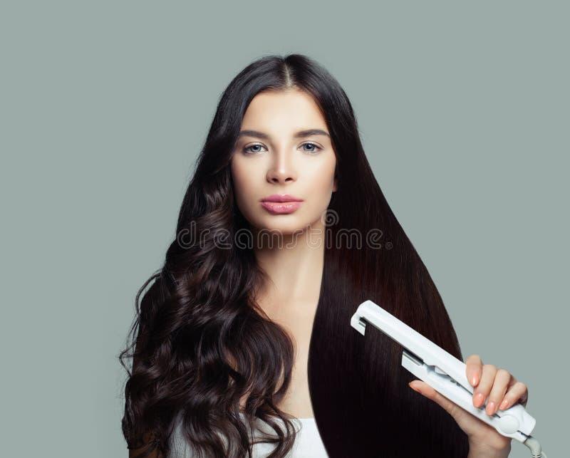 Femme fascinante avec de longs cheveux droits sains photos stock