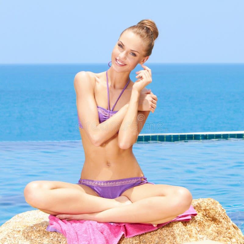Femme fascinante dans le bikini images stock