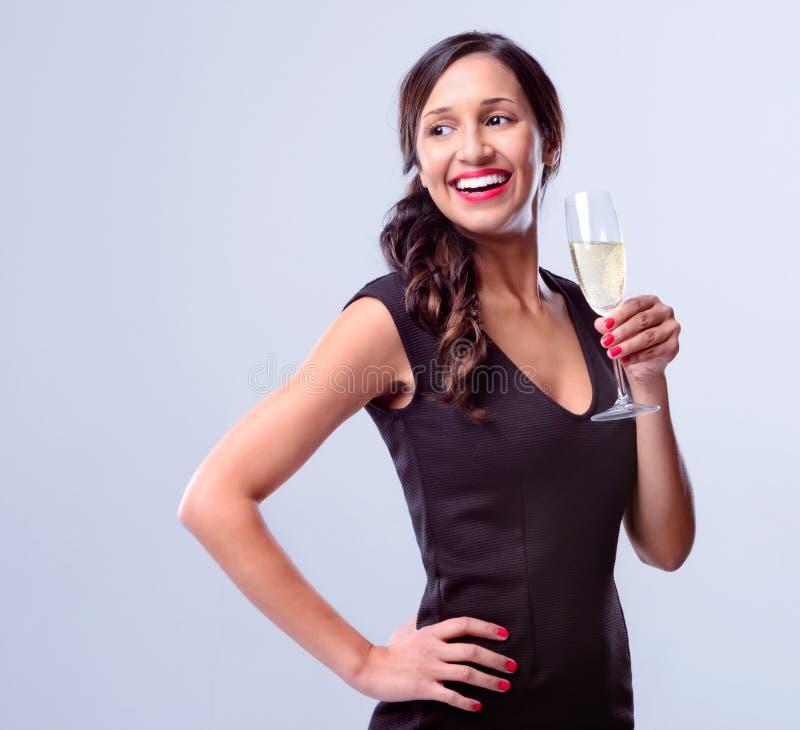 Femme fascinante tenant le verre de champagne de vin mousseux image stock