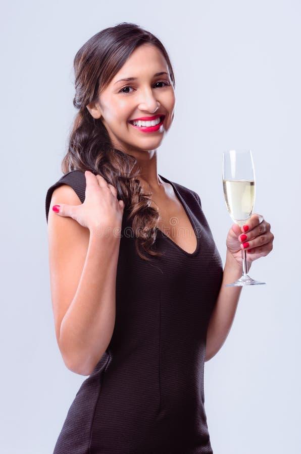 Femme fascinante tenant le verre de champagne de vin mousseux photo stock