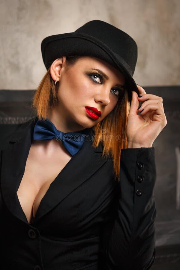 Femme fatale in een hoedenbowlingspeler royalty-vrije stock foto's