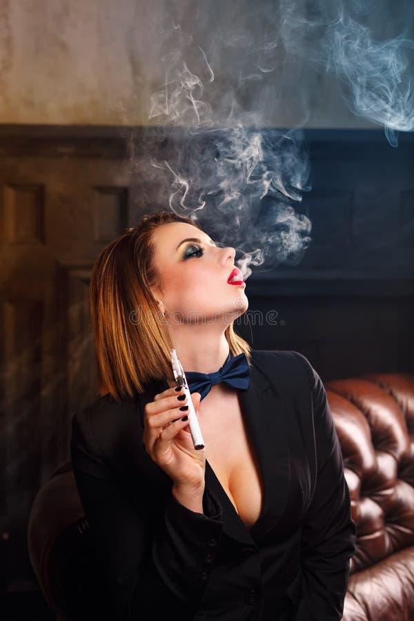 Femme fatale en elektronische sigaret stock afbeeldingen