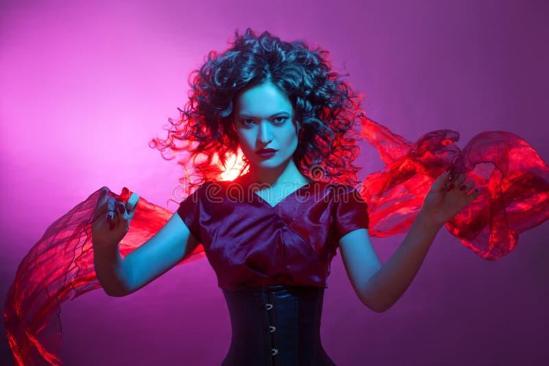 Femme fatale het dansen, portret in Studio met het heldere stemmen, blauwe en rode kleur royalty-vrije stock foto