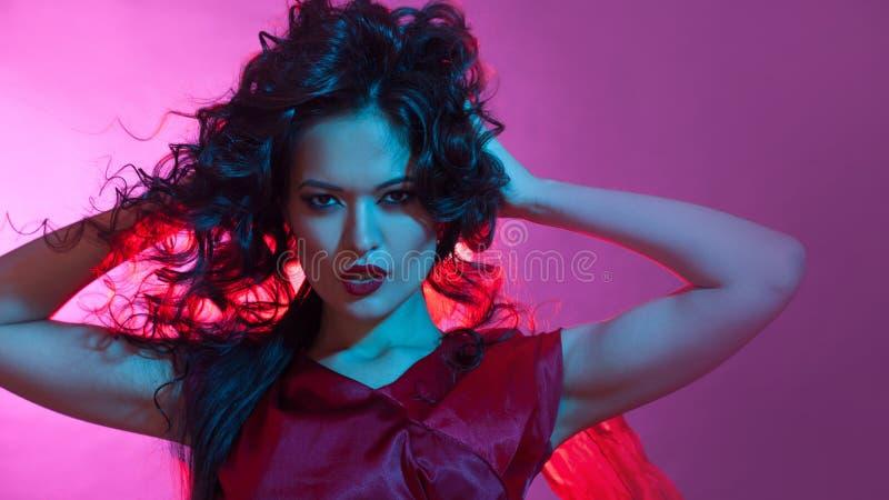Femme fatale het dansen, portret in Studio met het heldere stemmen, blauwe en rode kleur royalty-vrije stock fotografie
