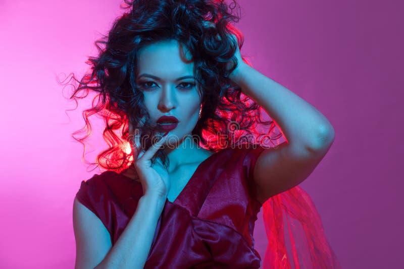 Femme fatale het dansen, portret in Studio met het heldere stemmen, blauwe en rode kleur royalty-vrije stock foto's