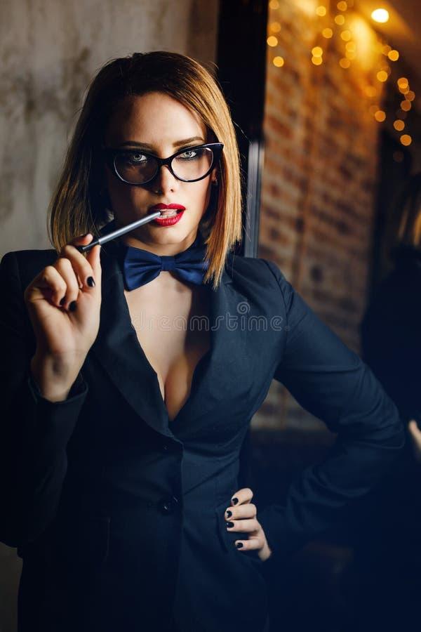 Femme fatale met glazen royalty-vrije stock foto's